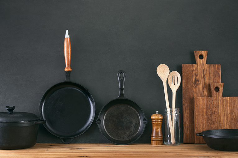 Kitchenware including a cast iron pan