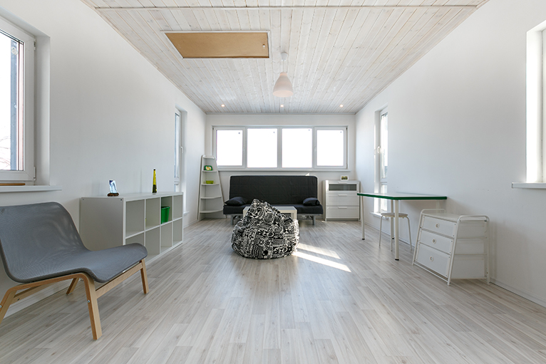 Room with wood effect wallpaper on ceiling