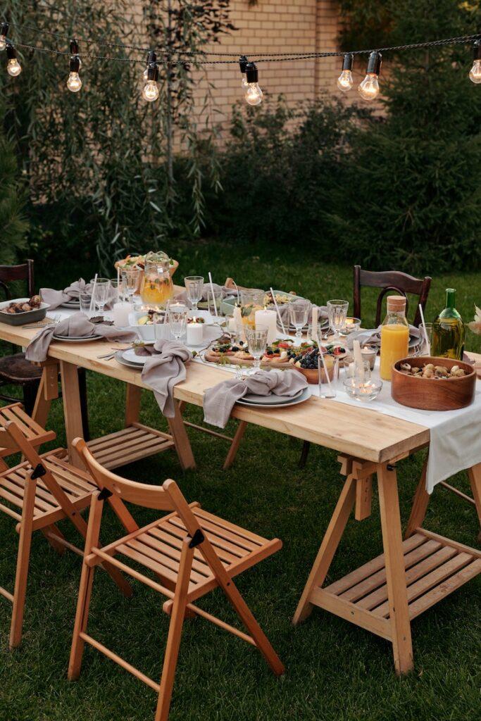 Outdoor design: Fairy lights over outdoor dining set