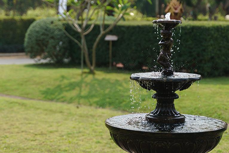 Bridgerton style garden: Antique style water fountain