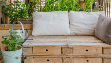 Garden hacks: DIY pallet garden couch surrounded by plants